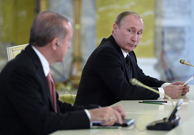 Ruský prezident Vladimir Putin (vpravo) počas spoločnej tlačovej konferencie so svojím tureckým partnerom Recepom Tayyipom Erdoganom