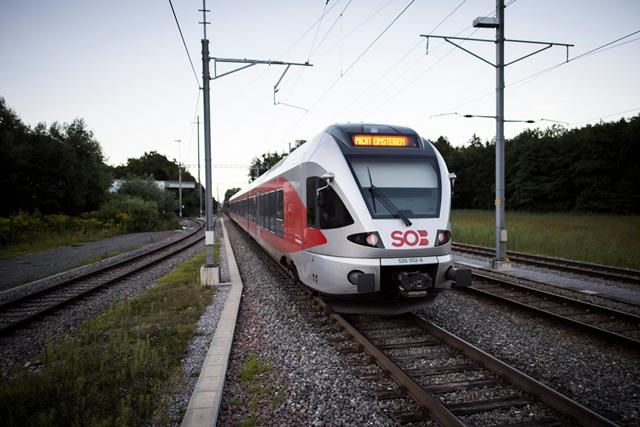 Vlak stojí pri železničnej stanici vo švajčiarskom meste Salez po útoku muža na pasažierov vo vlaku.
