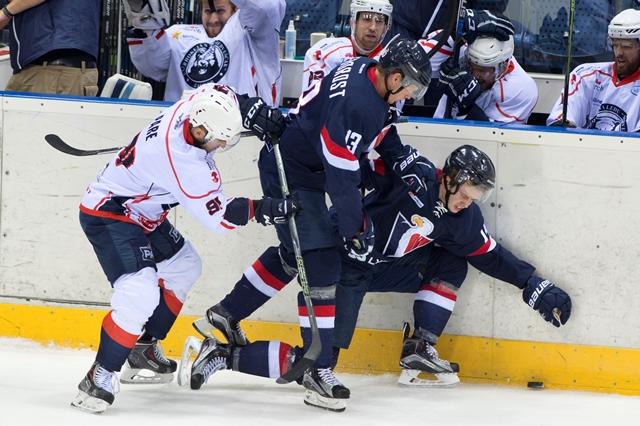 Na snímke zľava Francis Pare (Záhreb), Václav Nedorost a Žiga Jeglič (obaja Slovan) v prípravnom hokejovom zápase pred štartom KHL HC Slovan Bratislava - Medveščak Záhreb