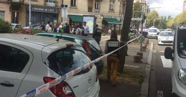 Na snímke policajti na mieste, kde došlo k útoku