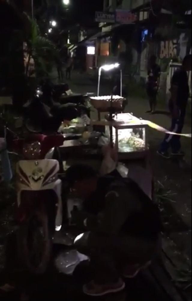 Na snímke z videa policajti na mieste výbuchu