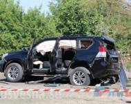 Zdemolované auto po útoku