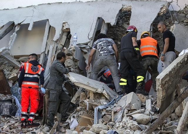 áchranári prehľadávajú trosky zrútenej budovy po zemetrasení v meste Amatrice, v centrálnom Taliansku 24. augusta 2016. Talianski záchranári bojujú s časom pri hľadaní preživších po zemetrasení v strednej časti krajiny. Úrad pre civilnú ochranu obyvateľstva počet obetí tejto katastrofy stanovil na najmenej 73 s tým, že bilancia stále nie je konečná, pretože neznámy počet ľudí sa stále nachádza v ruinách zrútených domov a budov