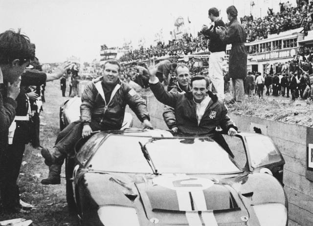Na archívnej snímke z 19. júna 1966 novozélandský jazdec F1 Chris Amon (vpravo) máva divákom po triumfe na slávnych pretekoch Le Mans 24.