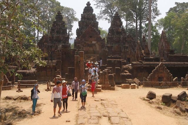 Na archívnej snímke  turisti kráčajú v slávnom chrámovom komplexe Angkor Vat v kambodžskej provincii Siem Reap. Slávny chrámový komplex Angkor Vat na severozápade Kambodže bude môcť navštíviť  už len turista vo vhodnom oblečení