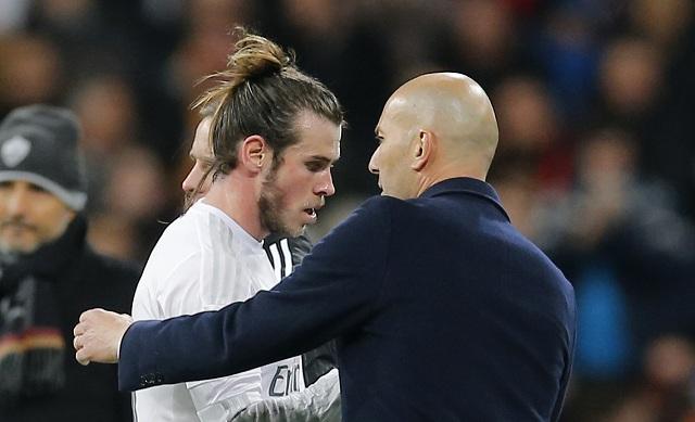 Na archívnej snímke tréner Realu Zinedine Zidane a útočník Garetha Balea