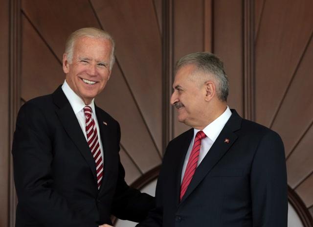 Americký viceprezident Joe Biden (vľavo) si podáva ruku s tureckým premiérom Binalim Yildirimom počas ich stretnutia v Ankare 24. augusta 2016