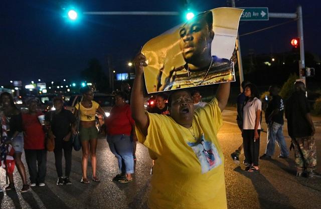 Na snímke demonštranti  pri príležitosti druhého výročia smrti Michaela Browna