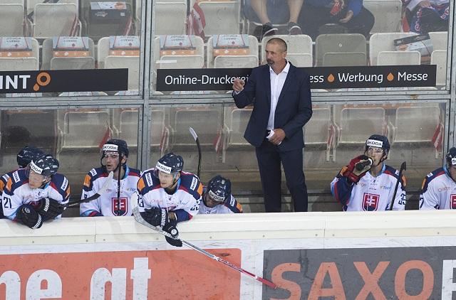 Na snímke uprostred tréner Slovenska Zdeno Cíger v medzištátnom prípravnom hokejovom zápase Rakúsko - Slovensko