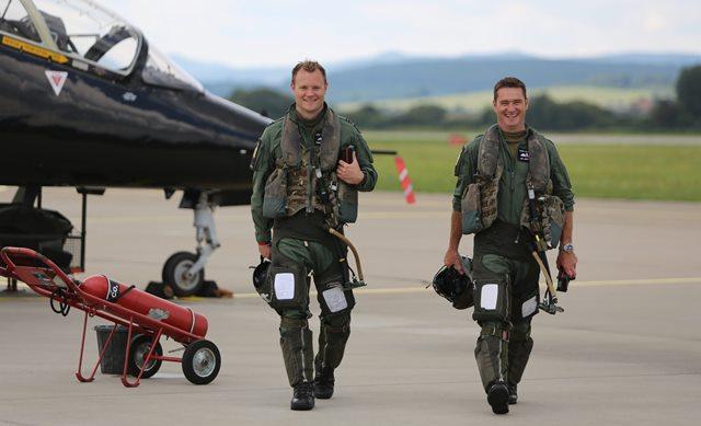 Na snímke piloti lietadla BAE Hawk počas návštevy ministra obrany SR Petra Gajdoša na spoločnom cvičení Vzdušných síl OS SR a britského Kráľovského letectva na lietadlách BAE Hawk zo 100. letky RAF Leeming Slovak Hawk 2016 na leteckej základni Sliač