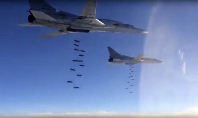 Na archívnej snímke ruského ministerstva obrany ruské bombardéry Tu-22M3 zhadzujú bomby na cieľ počas vojenskej operácie Moskvy v Sýrii . Foto: Russian Defense Ministry Press Service
