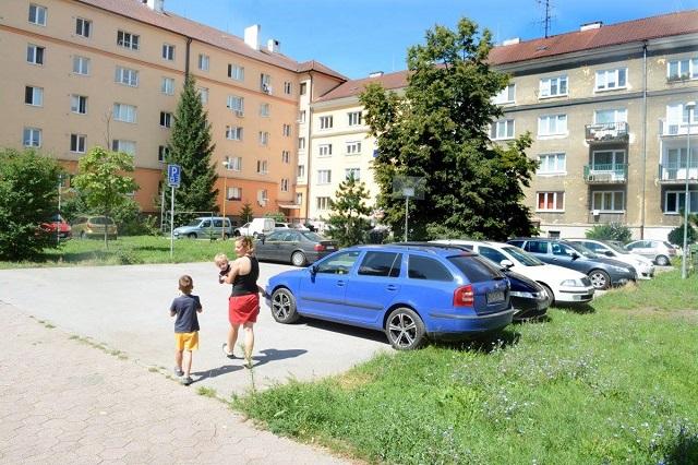 Vyznačená parkovacia zóa na streetbalovom ihrisku