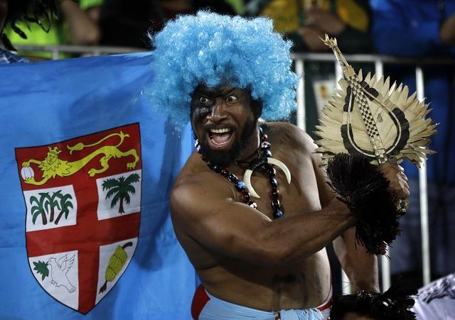 Na snímke fanúšik Fidži oslavuje zlatú medailu svojej krajiny na turnaji v ragby mužov na OH v brazílskom Riu de Janeiro 11. augusta 2016