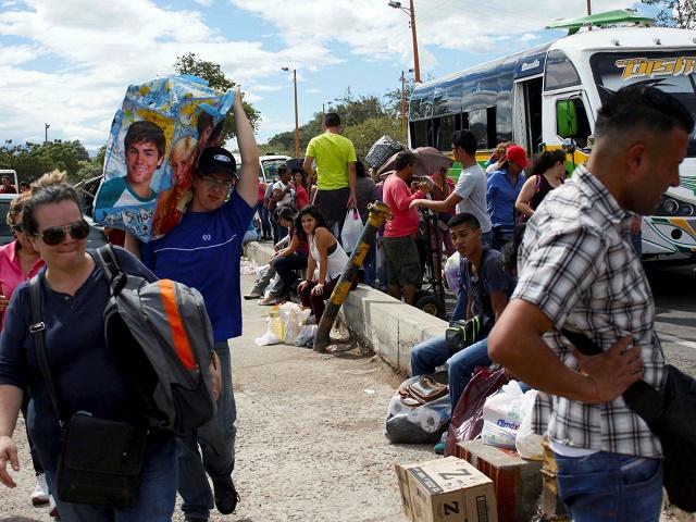Na snímke venezuelsko-kolumbijská hranica a Venezuelčania vracajúci sa  z nákupov základných potravín v Kolumbii