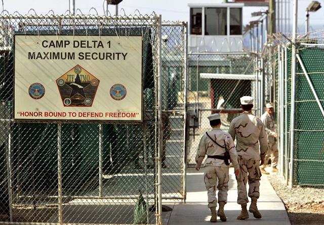 Na archívnej snímke americkí vojaci v americkej väznici Guantanámo