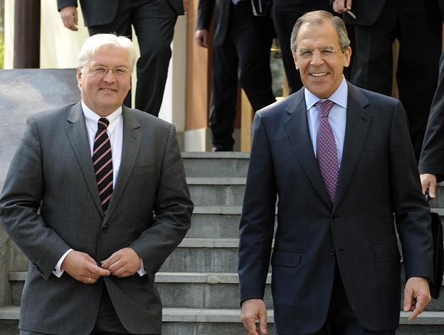 Na archívnej snímke nemecký minister zahraničných vecí  Frank-Walter Steinmeier (vľavo) sa stretol  so šéfom ruskej diplomacie Sergejom Lavrovom