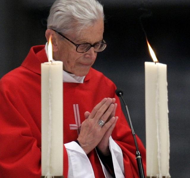 Na archívnej snímke z 15. apríla 2005 poľský kardinál Franciszek Macharski