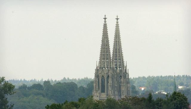 Na archívnej snímke gotickéi veže katedrály v Regensburgu