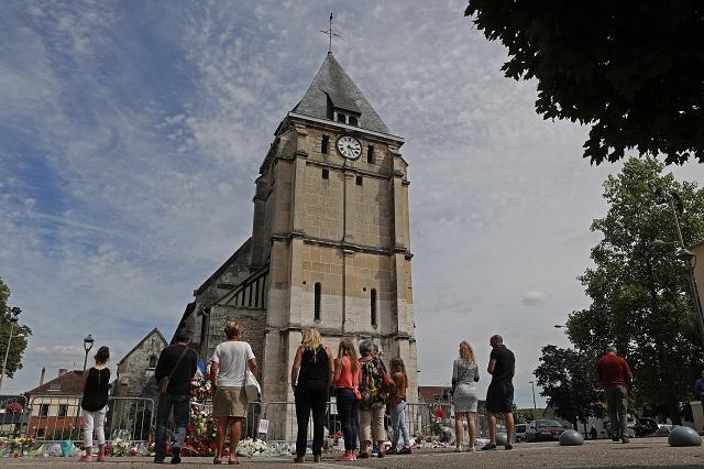 Dvaja muži vyzbrojení nožmi vtrhli 26. júla do kostola v normandskom meste Saint-Étienne-du-Rouvray počas rannej omše, pričom zajali rukojemníkov a predtým, ako ich zlikvidovala polícia, podrezali hrdlo 84-ročnému kňazovi a ťažko zranili ďalšiu osobu. K zodpovednosti za útok sa prihlásila teroristická organizácia Islamský štát (IS)