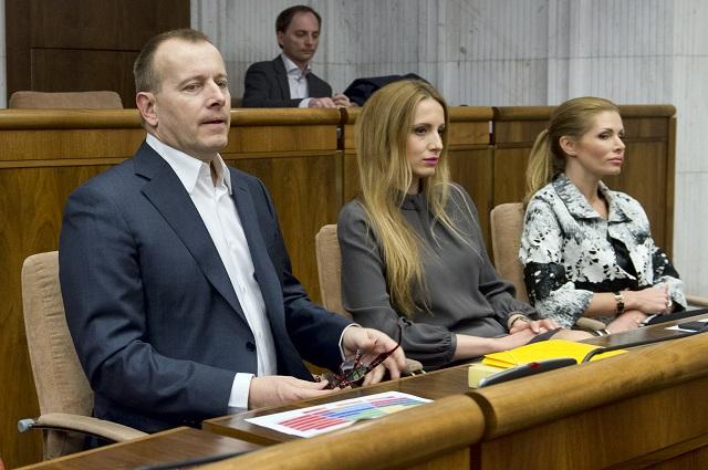Na snímke noví poslanci NR SR zľava Boris Kollár, Adriana Pčolinská a Petra Krištúfková (Sme rodina)