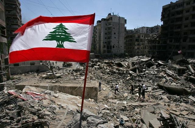 Libanonská zástava veje vo vetre nad troskami zbombardovaných budov