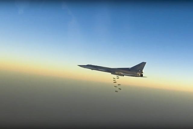 Na snímke z ruského ministerstva obrany ruský stíhací bombardér Tu-22M3 počas leteckého útoku nad neznámym územím v Sýrii 15. augusta 2016. Rusko a Spojené štáty majú blízko k dosiahnutiu dohody o spoločnom vojenskom postupe proti militantom v sýrskom Aleppe