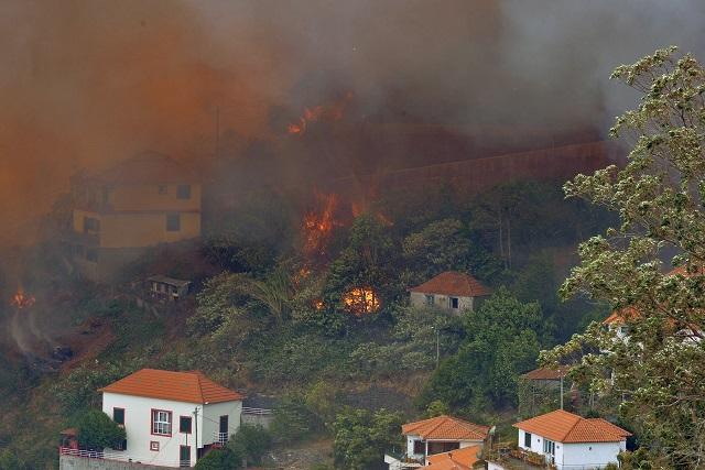 Lesný požiar v blízkosti domov v Curral dos Romeiros na portugalskom súostroví Madeira