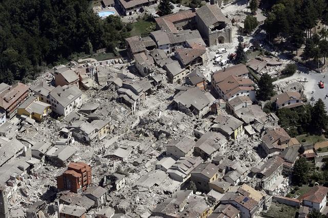Letecký pohľad na zničené historické centrum mesta Amatrice po nočných otrasoch v strednom Taliansku 24. augusta 2016. Silné zemetrasenie s magnitúdou 6,2 zasiahlo po 3.30 ráno strednú časť Talianska, s epicentrom južne od mesta Perugia