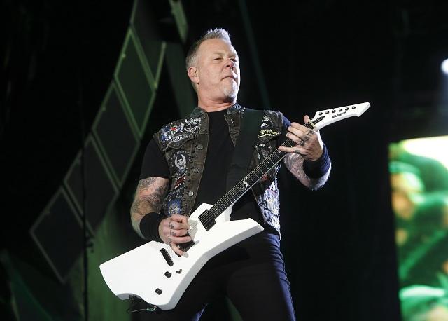 Na archívnej snímke z 9. mája 2015 spevák a gitarista James Hetfield z americkej heavymetalovej skupiny Metallica