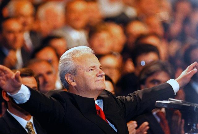 Na archívnej snímke z roku 1997 bývalý juhoslovanský prezident Slobodan Miloševič máva svojim stúpencom v Belehrade