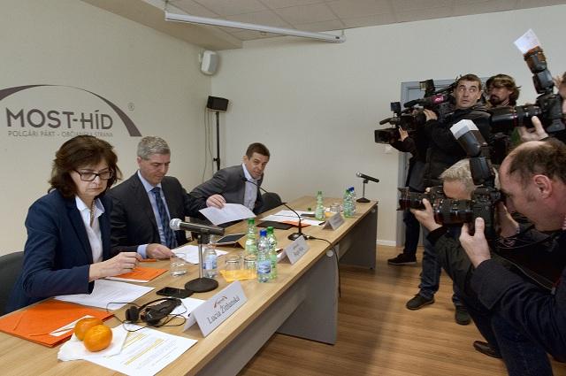 Na snímke zľava podpredsedníčka strany Lucia Žitňanská, predseda strany Béla Bugár a podpredseda László Solymos