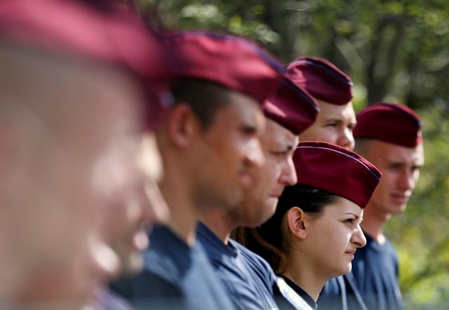 Na ilustračnej snímke maďarskí policajti