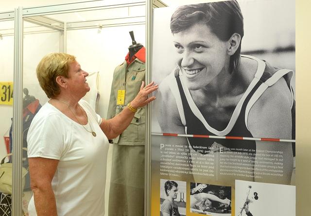Výstava v Slovenskom technickom múzeu v Košiciach je venovaná životnému jubileu  Márie  Mračnovej rod. Faithovej, bývalej skvelej atlétky - utvorila 10 československých a 18 slovenských rekordov v skoku do výšky, bronzová medailistka z ME v roku 1969, šiesta z XIX. OH 1968 v Mexiku a štvrtá z XXI. OH 1976 v Montreale. Na snímke  Mária Mračnová na výstave