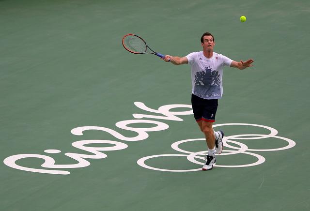 Britský tenista Andy Murray odvracia úder počas tréningu pred začiatkom letných olympijských hier v Riu de Janeiro