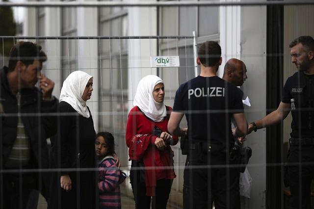 Utečenci čakajú v rade na registráciu v registračnom centre pre migrantov a utečencov v nemeckom Passau