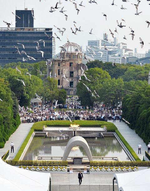 Holuby letia nad pamätníkom obetí zhodenia atómovej bomby v Parku mieru pri príležitosti 71. výročia zhodenia atómovej bomby na mesto Hirošima