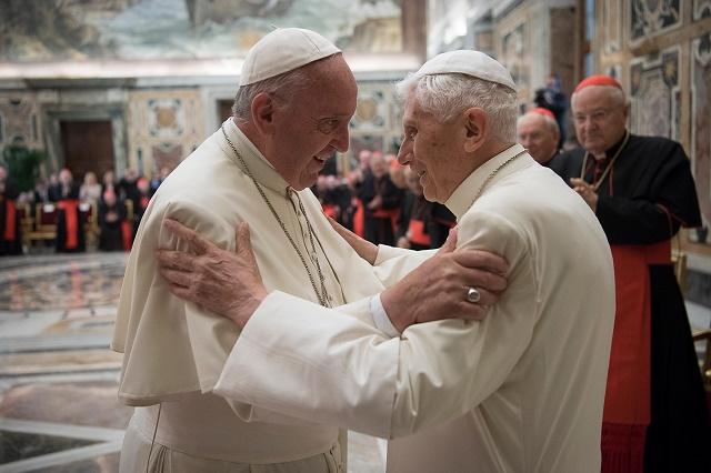 Na snímke dvaja pápeži- terajší František a emeritný Benedikt XIV.