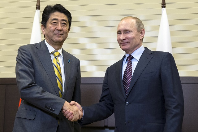 Na archívnej snímke ruský prezident Vladimir Putin (vpravo) a japonský premiér Šinzó Abe