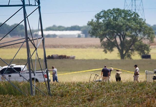 Vyšetrovatelia skúmajú trosky na mieste dopadu teplovzdušného balóna, ktorý sa zrútil so 16 ľudmi pri texaskom Lockharte 30. júla 2016. Nikto katastrofu neprežil