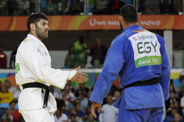 Egyptský džudista Islam El Shehaby (vpravo) odmietol podať ruku izraelskému reprezentantovi Orovi Sassonovi
