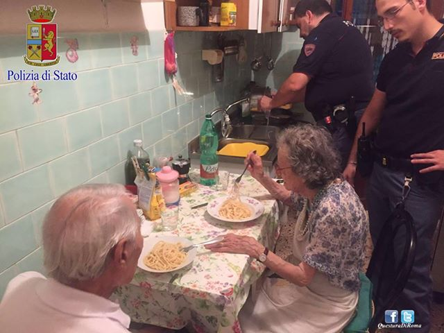 Na snímke manželia jedia večeru, ktorú im uvarili policajti po tom, čo ich susedia zmobilizovali kvôli hlasnému kriku a plaču