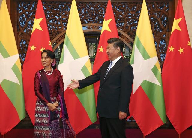 Na snímke vpravo čínsky prezident Si Ťin-pching  a vľavo mjanmarská predsedníčka vlády Aun Schan Su Ťij počas stretnutia v čínskom Pekingu 19. augusta 2016