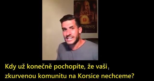 Na videosnímke nahnevaný Korzičan Arnaud Seassari posiela moslimom jasný odkaz