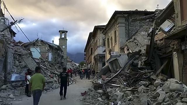 Na snímke z videozáznamu je zničené centrum mesta Amatrice po otrasoch v strednom Taliansku 24. augusta 2016