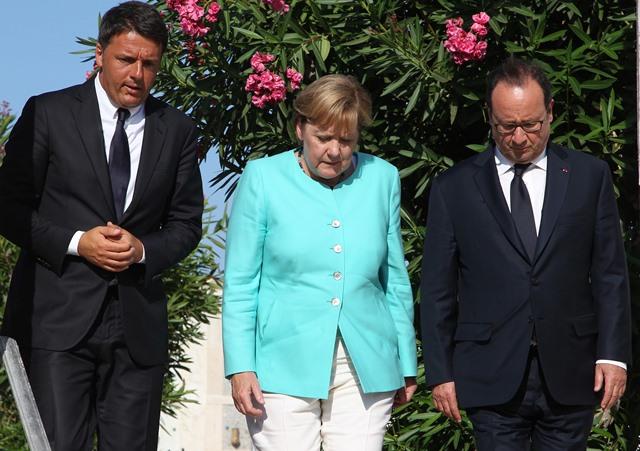 Zľava taliansky premiér Matteo Renzi, nemecká kancelárka Angela Merkelová a francúzsky prezident Francois Hollande
