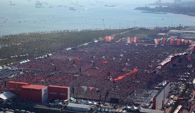 Milióny Turkov sa v nedeľu 7. augusta 2016 ziššli na masovej demonštrácii v Istanbule proti zmarenému pokusu o vojenský prevrat z 15. júla.
