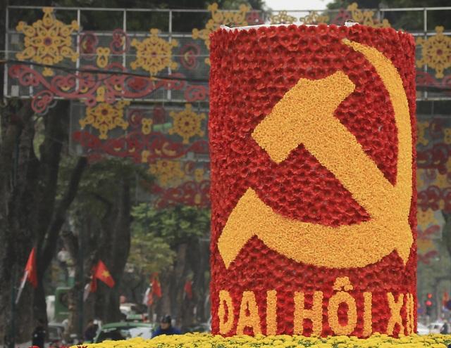Na archívnej snímke aranžované kvety pri príležitosti otvorenia zjazdu vládnucej Komunistickej strany v sídle strany v Hanoji