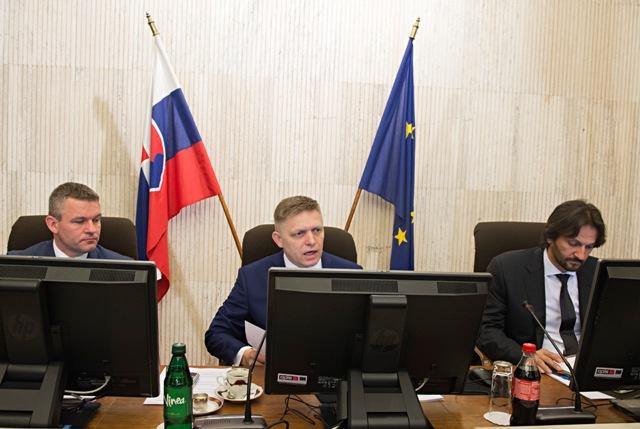 Na snímke zľava podpredseda vlády SR pre investície Peter Pellegrini, premiér SR Robert Fico a podpredseda vlády a minister vnútra SR Robert Kaliňák