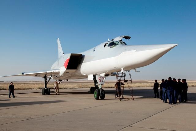 Na snímke ruský bombardér Tu-22M3 je na leteckej základni v provincii Hamadán na západe Iránu