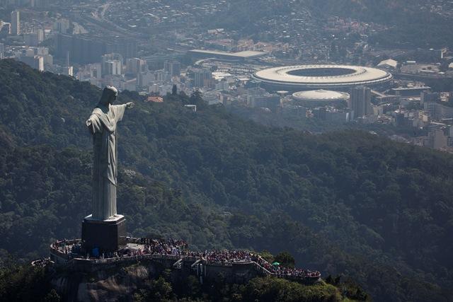 Na snímke gigantická socha  Krista Spasiteľa, ktorá je umiestená na vrchu Corcovado, a vpravo štadión Maracaná